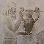 Chi tiết bức phù điêu của cầu thang phía đông Apadana , Persepolis , mô tả người Armenia mang một chiếc amphora, có lẽ là rượu vang, cho nhà vua.