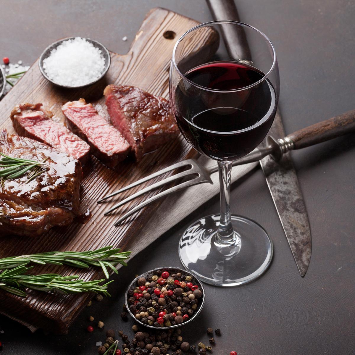 Thảo mộc và gia vị kết hợp với rượu vang
